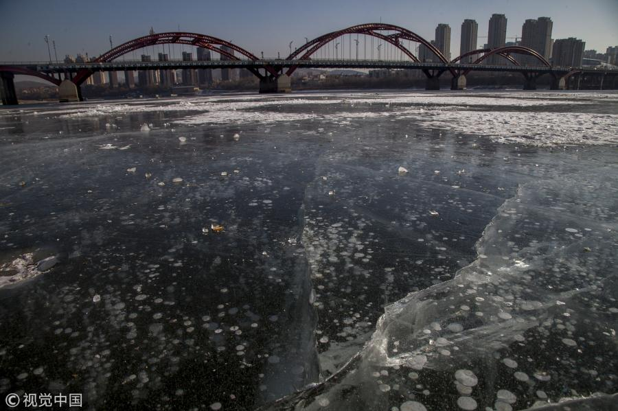 Air bubbles appear in ice in the frozen Songhua River in Jilin City, Jilin Province, Jan. 22, 2019. (Photo/VCG)