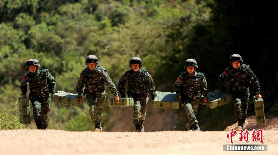 Armed police undergo an intensive training on a mountain in Sanya City, South China\'s Hainan Province, Jan. 21, 2019. More than 100 members of the special police participated in the month-long training that took place in an open field and involved some 30 modules, including a grueling 16-hour drill a day and a long-distance trek carrying a load of at least 30 kilograms. (Photo: China News Service/Lei Zhe)