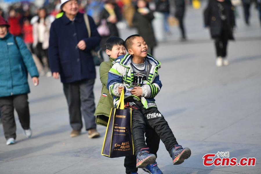 Two children play at a railway station in Chengdu City, Sichuan Province. (Photo: China News Service/Zhang Lang)