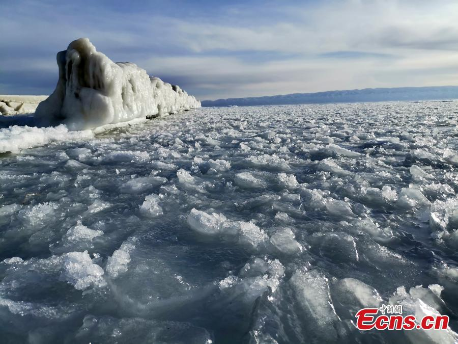 A view of the frozen Qinghai Lake in Northwest China\'s Qinghai Province. As temperatures drop, the lake is now fully frozen. (Photo: China News Service/Hou Yuansheng)