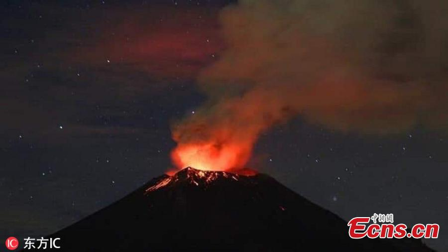 The Popocatepetl volcano outside Mexico City spews glowing rock and ash during an eruption, Jan. 24, 2019. Mexico\'s national disaster prevention agency says the volcano sent a column of ash 3 kilometers into the air. (Photo/Agencies)