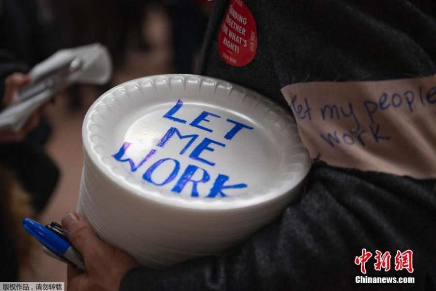 Furloughed government workers affected by the shutdown hold a silent protest against the ongoing partial government shutdown on Capitol Hill in Washington, Jan. 23, 2019. Protesters held up disposable plates instead of posters to avoid being arrested. (Photo/Agencies)