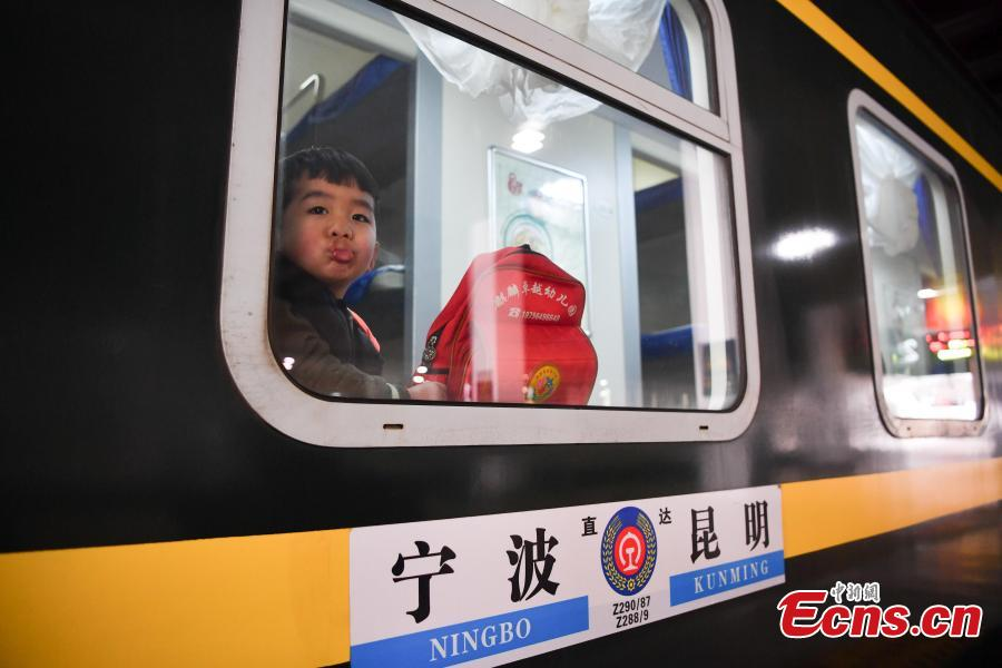 A boy onboard a train to Ningbo City in Zhejiang Province at a railway station in Kunming City, Yunnan Province. (Photo: China News Service/Liu Ranyang)