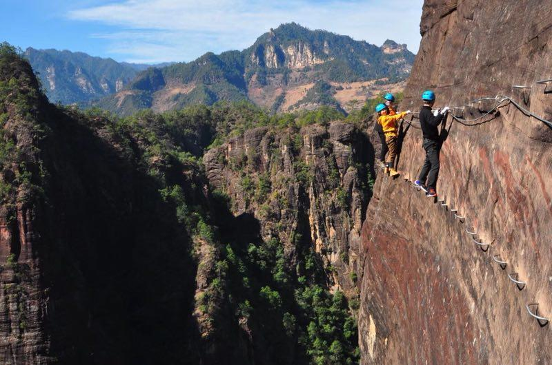Characterized by distinctive red sandstone, Laojun Mountain National Geological Park in Southwest China\'s Yunnan province has become an outdoor sport hotspot. (Photo provided to chinadaily.com.cn)
