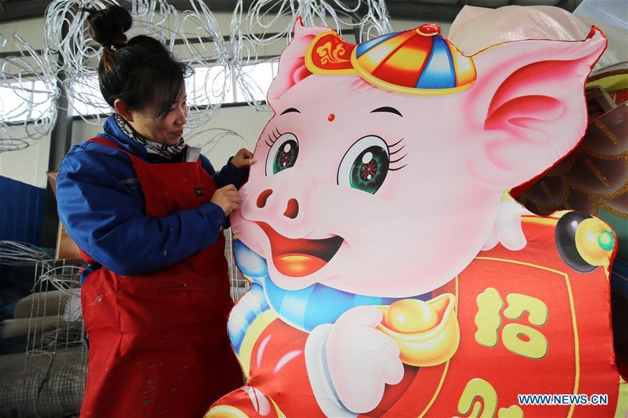 A craftswoman makes a lantern at Yangjiabu Village in Hanting District of Weifang City, east China\'s Shandong Province, Jan. 24, 2019. Festive decorations are set up across China to greet the lunar New Year, or Spring Festival, which starts from Feb. 5 this year. (Xinhua/Zhang Chi)