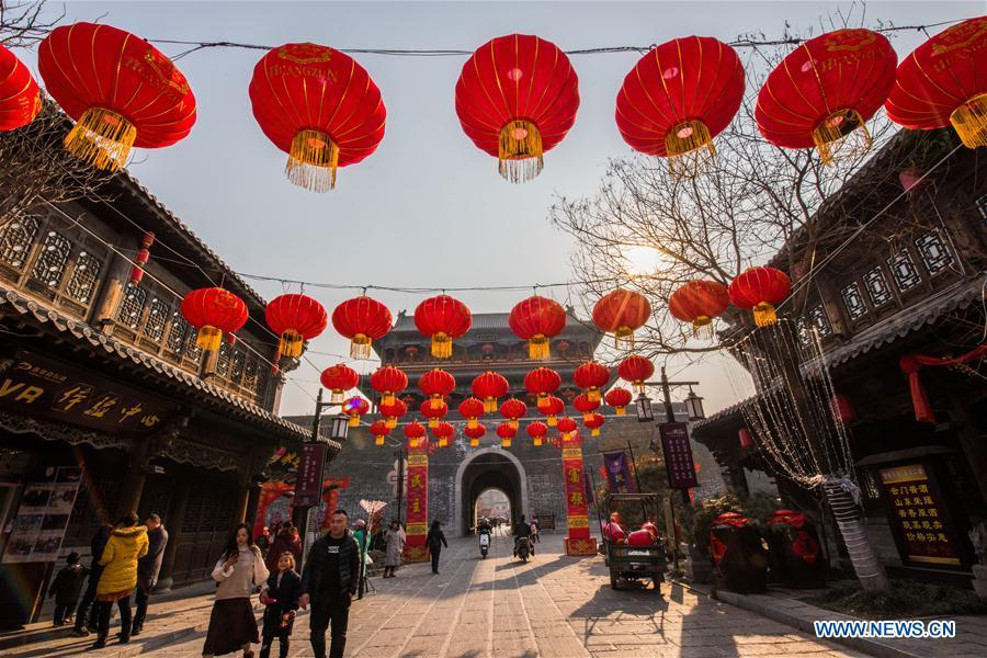Tourists visit the Qingzhou ancient town scenic area in Weifang City, east China\'s Shandong Province, Jan. 24, 2019. Festive decorations are set up across China to greet the lunar New Year, or Spring Festival, which starts from Feb. 5 this year. (Xinhua/Wang Jilin)