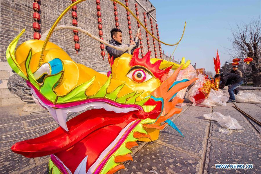 Workers arrange a dragon-shaped lantern in the Qingzhou ancient town scenic area in Weifang City, east China\'s Shandong Province, Jan. 24, 2019. Festive decorations are set up across China to greet the lunar New Year, or Spring Festival, which starts from Feb. 5 this year. (Xinhua/Wang Jilin)