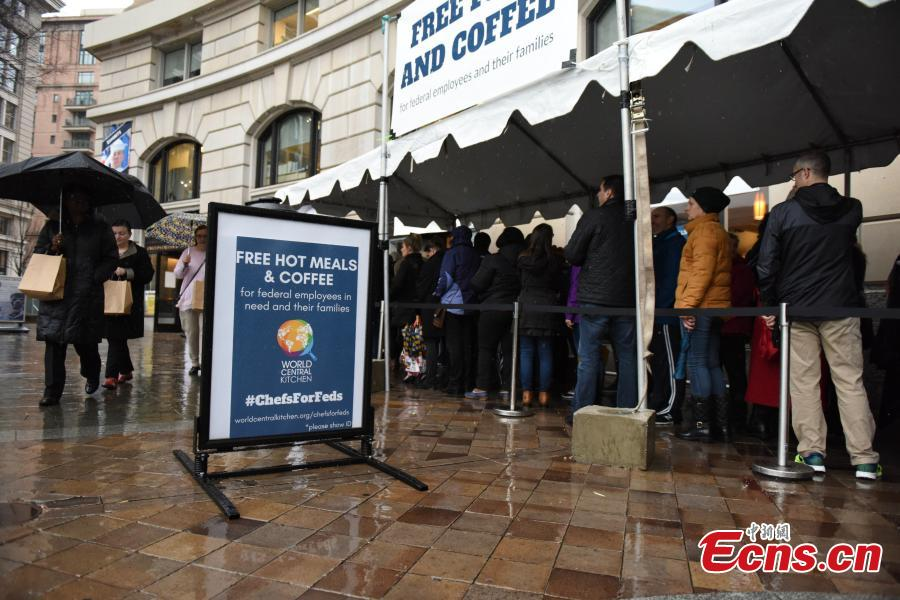 Federal workers left unpaid or furloughed by the extended partial government shutdown stand in line for fresh food and coffee at the World Central Kitchen, a volunteer emergency kitchen, in Washington, U.S. Jan. 16, 2019. (Photo: China News Service/Chen Mengtong)