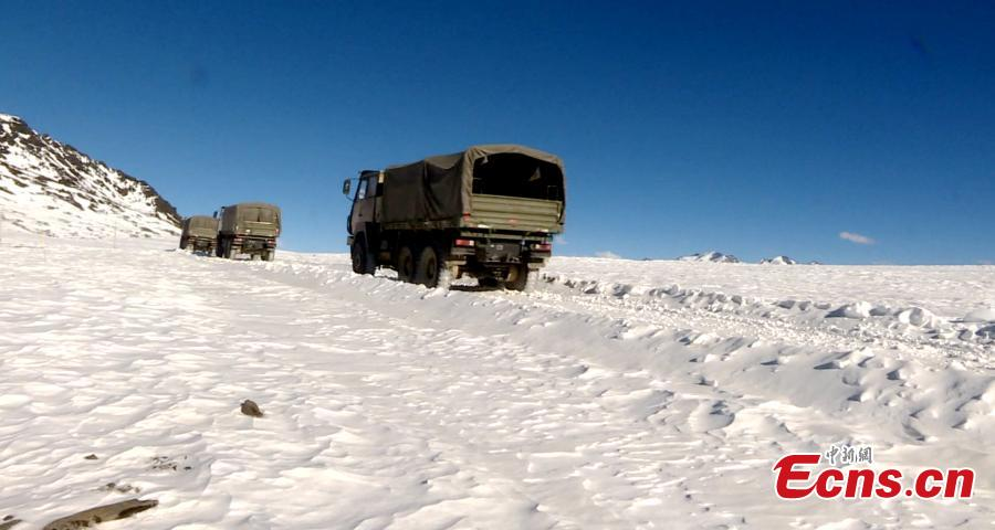 Military truck transports supplies for a frontline station in Tibet Autonomous Region. (Photo provided to China News Service)