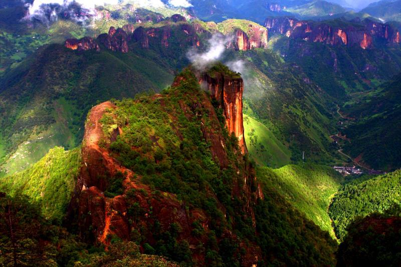 The park\'s unique location, at the Three Parallel Rivers of Yunnan Protected Areas, a UNESCO World Heritage Site, contributes to its stunning landscapes, ranging from steep cliffs and dense forests to majestic lakes, alongside a rich ecosystem of flora and fauna. (Photo provided to chinadaily.com.cn)