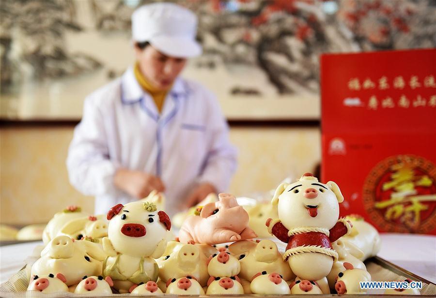 A villager packs buns made to celebrate the lunar New Year in Shengjiazhuang Village, Jiaozhou City of east China\'s Shandong Province, Jan. 24, 2019. (Xinhua/Wang Zhaomai)