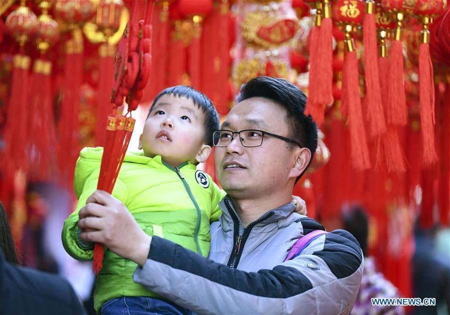 Citizens select Spring Festival goods at a market in Hefei, capital of east China\'s Anhui Province, Jan. 26, 2019. Red decorations are arranged across China to greet the upcoming lunar New Year which will fall on Feb. 5 this year. (Xinhua/Liu Qinli)