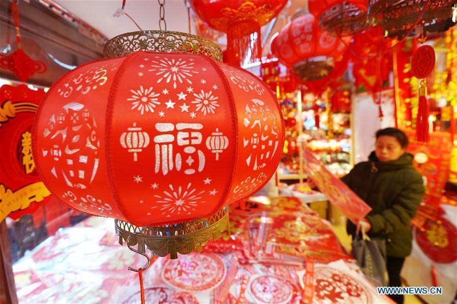A woman selects the Spring Festival decorations at a market in Qingdao, east China\'s Shandong Province, Jan. 26, 2019. The Spring Festival, or the Chinese Lunar New Year, falls on Feb. 5 this year. (Xinhua/Wang Haibin)