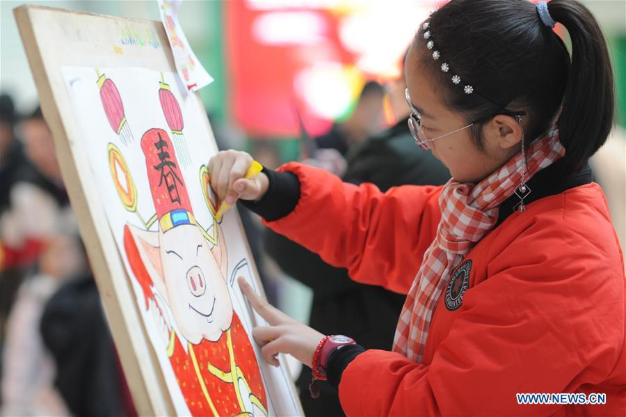 A child paints to greet the upcoming Spring Festival in Yantai City, east China\'s Shandong Province, Jan. 26, 2019. Red decorations are arranged across China to greet the upcoming lunar New Year which will fall on Feb. 5 this year. (Xinhua/Shen Jizhong)