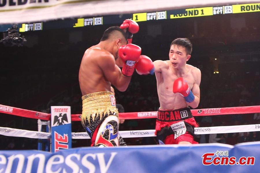 Chinese boxer Xu Can competes with WBA featherweight champion Jesus Rojas from Puerto Rico during a match in Houston, the U.S., Jan. 26, 2019. (Photo: China News Service/Zeng Jingning)