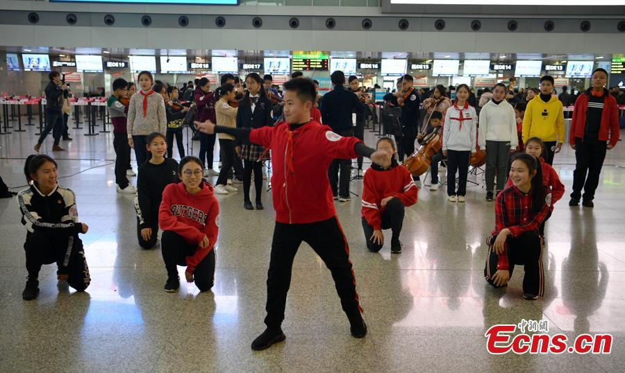 Students from St. Paul\'s Co-educational College in Hong Kong perform in a flash mob at the Terminal 2 of Shuangliu International Airport in Chengdu City, Sichuan Province, Jan. 27, 2019. (Photo: China News Service/Liu Zhongjun)