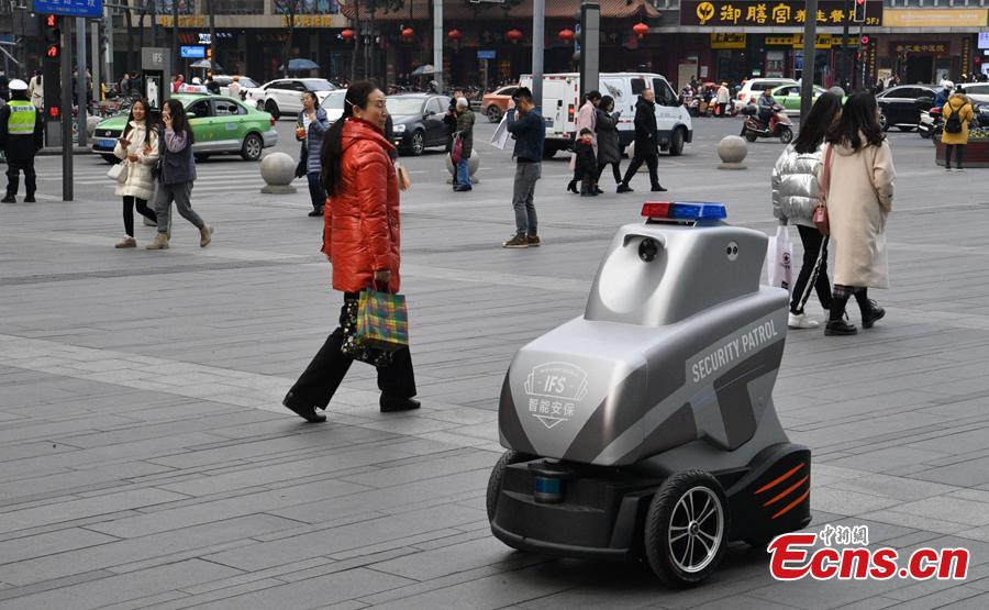 One of three robots patrols at the International Finance Square, a mega integrated complex comprising of high-end malls, office towers and serviced apartments, in Chengdu, Southwest China\'s Sichuan Province, Jan. 28, 2019. (Photo: China News Service/Liu Zhongjun)