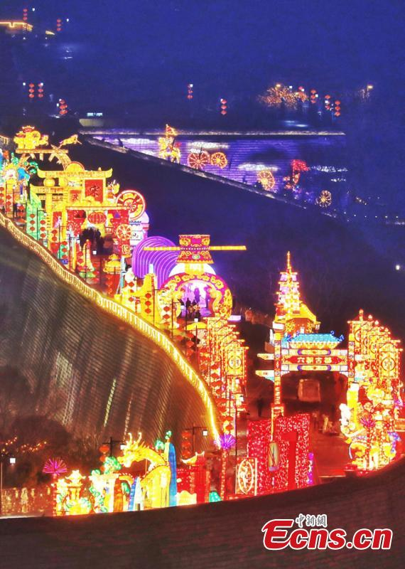 Lanterns ignite the Ming Dynasty (1368-1644) city wall ahead of the Spring Festival, China\'s Lunar New Year, in Nanjing City, Jiangsu Province, Jan. 28, 2019. (Photo: China News Service/Yang Bo)