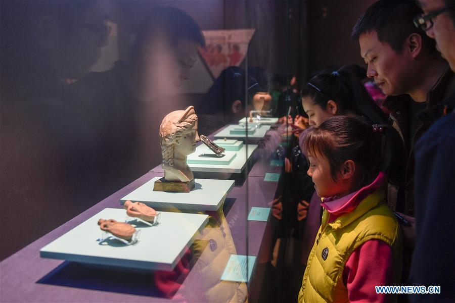 People look at cultural relics displayed in an exhibition of ancient Egyptian civilization at Zhejiang West Lake Gallery in Hangzhou, capital of east China\'s Zhejiang Province, Jan. 30, 2019. A total of 180 cultural relics from Italian museums are displayed in an exhibition of ancient Egyptian civilization from Jan. 22 to May 5, 2019. (Xinhua/Huang Zongzhi)