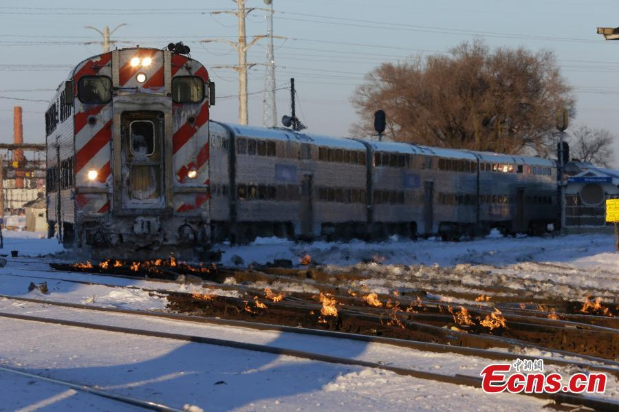 A Metra train moves southbound to downtown Chicago as the gas-fired switch heater on the rails keeps the ice and snow off the switches near Metra Western Avenue station in Chicago, Jan. 29, 2019. Forecasters warn that the freezing weather Tuesday will get worse and could be life-threatening. (Photo/Agencies)