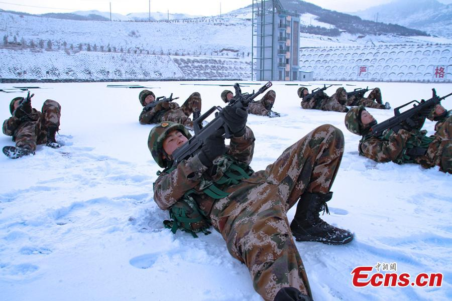 Special police in Gannan Tibetan Autonomous Prefecture, Northwest China's Gansu Province undergo training despite temperatures that dropped to minus 23 degrees. The 18 training programs include response to a hostage crisis on a high building and rapid maneuvers in mountainous regions. (Photo: China News Service/Zhang Ying)