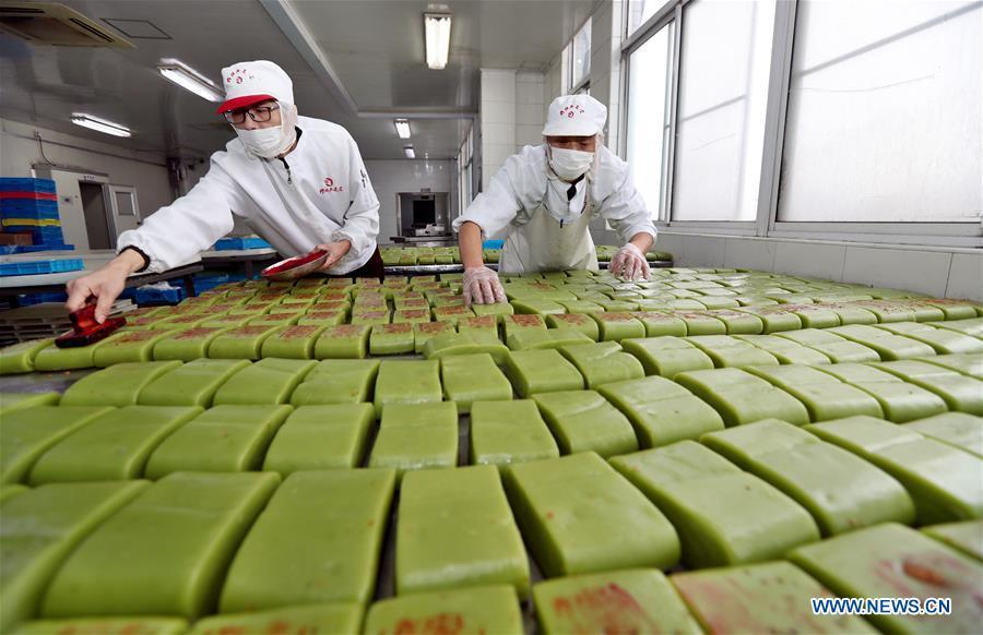 Workers make rice cakes of a traditional brand in Wuxi, east China\'s Jiangsu Province, Jan. 30, 2019. Workers in Wuxi are busy making rice cakes to meet customers\' growing demands as the Spring Festival approaches. The Spring Festival, or the Chinese Lunar New Year, falls on Feb. 5 this year. (Xinhua/Huan Wei)