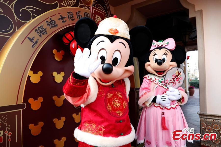 <?php echo strip_tags(addslashes(Mickey and Minnie greet