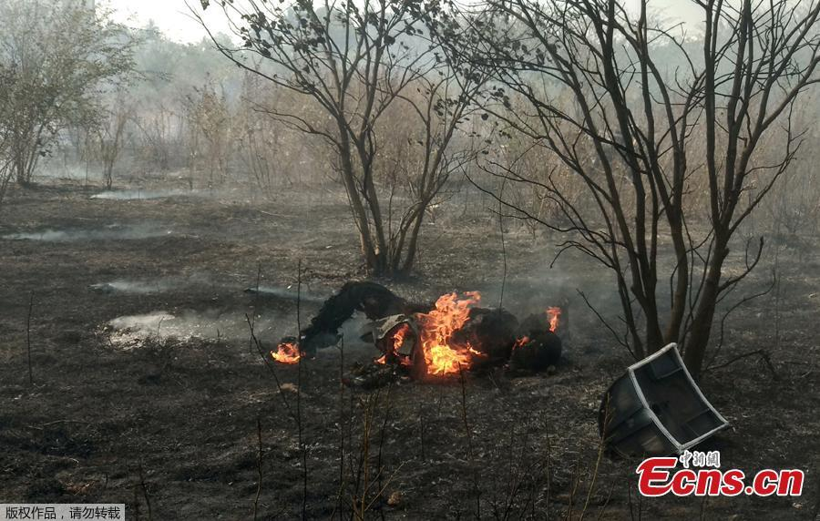 An unidentified man is engulfed by fire near the site of a crashed Indian Air Force\'s Mirage 2000 trainer aircraft in the southern city of Bengaluru, India, February 1, 2019. Indian Air Force\'s Mirage 2000 has crashed at HAL airport, Bengaluru, killing two pilots who were flying the plane for an acceptance test flight after it had been upgraded by the HAL, local media reported. (Photo/Agencies)