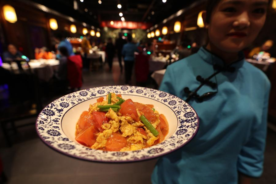 Scrambled eggs and tomatoes have long become a national dish for the Chinese. (Photo by WANG JING/CHINA DAILY)