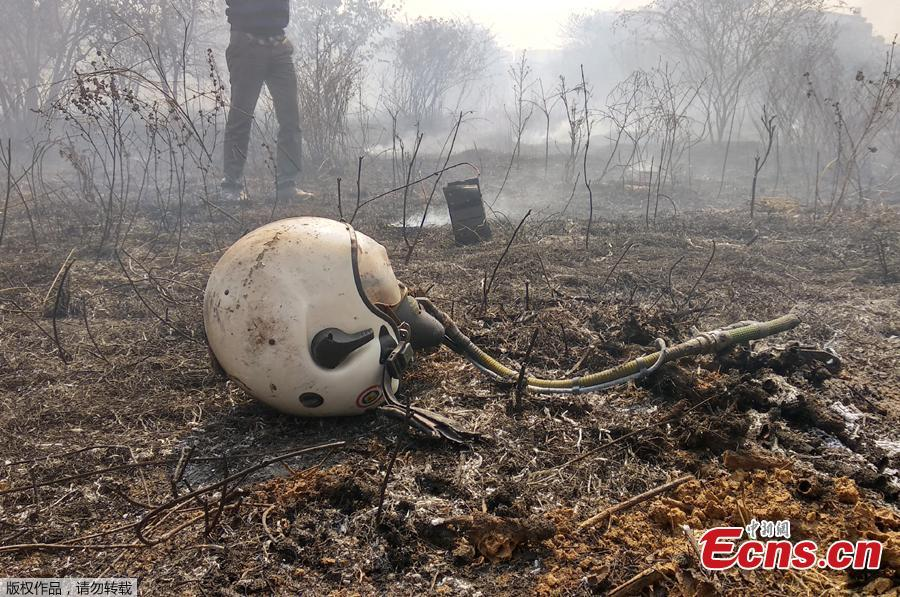 A helmet is seen lying near the site of a crashed Indian Air Force\'s Mirage 2000 trainer aircraft in the southern city of Bengaluru, India, February 1, 2019. Indian Air Force\'s Mirage 2000 has crashed at HAL airport, Bengaluru, killing two pilots who were flying the plane for an acceptance test flight after it had been upgraded by the HAL, local media reported. (Photo/Agencies)