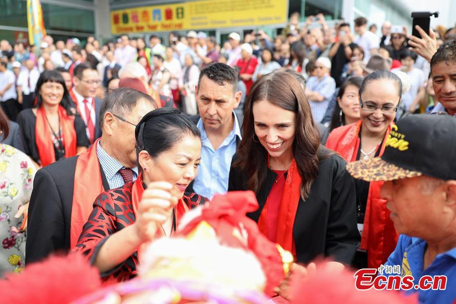 Xu Erwen (L,1st) , Chinese Consul General in Auckland, and Jacinda Ardern, Prime Minister of New Zealand, attend a celebration of the Chinese Lunar Near Year in Auckland, New Zealand, Feb. 2, 2019. Some 20,000 people watched shows including line and dragon dances and other entertainment programs. (Photo: China News Service/Zhang Jianyong)