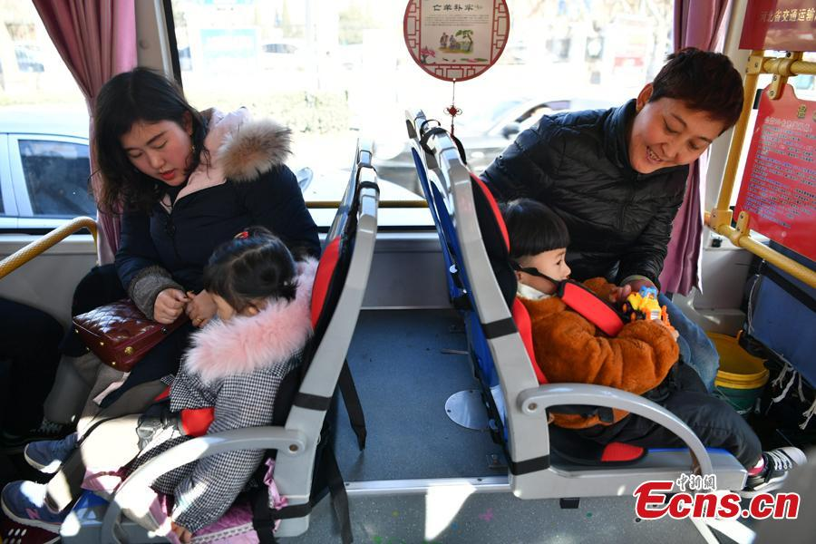 A bus of Route 26 offers child seats to ensure safety in Handan City, North China's Hebei Province, Feb. 1, 2019. All buses running Route 26 in Handan are now equipped with child seats. (Photo: China News Service/Zhai Yujia)