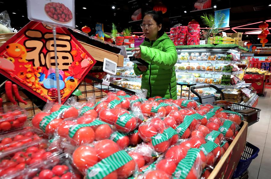 Fresh tomatoes on sale in a supermarket. (Photo by WANG JING/CHINA DAILY)