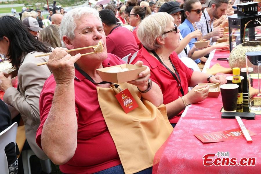 A total of 764 people eat dumplings in Darling Harbour, Sydney, Feb. 5, the first day of the Chinese Lunar New Year. It set a new world record, breaking the previous record number of 750 set in Melbourne in 2013. (Photo: China News Service/Tao Shelan)