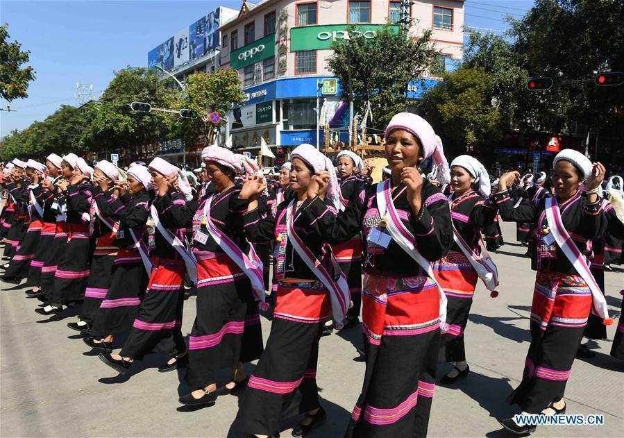 People dance during a parade at Lancang Lahu Autonomous County in Pu\'er City, southwest China\'s Yunnan Province, Feb. 7, 2018. People of ethnic groups wearing their traditional festive costumes took part in a parade to celebrate the Chinese Lunar New Year in Lancang Lahu Autonomous County. (Xinhua/Yang Zongyou)