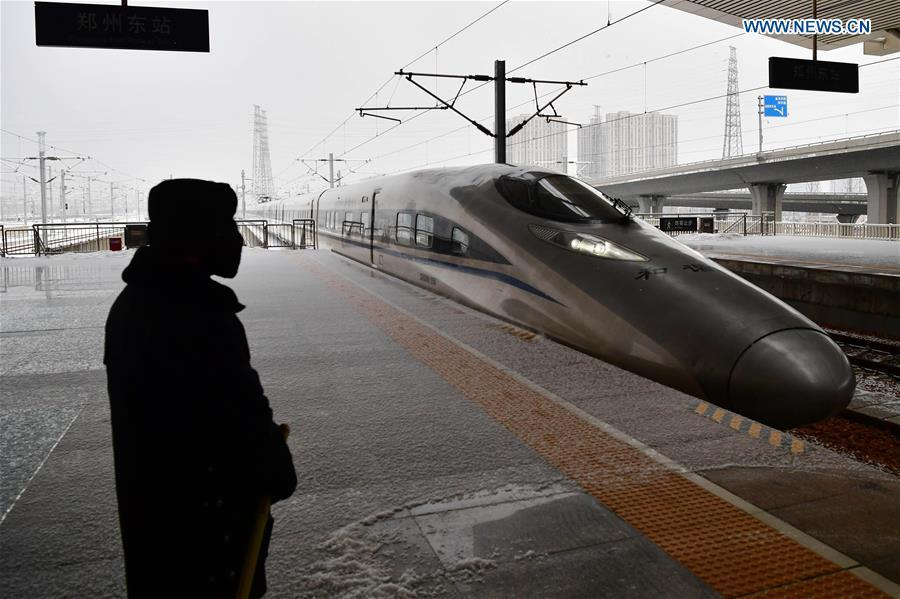 A bullet train drives into Zhengzhoudong Railway Station in Zhengzhou, central China\'s Henan Province, Feb. 10, 2019. China witnessed a nationwide Spring Festival travel rush on Sunday when people started to return to work places from hometowns after family gatherings as the Spring Festival holiday came to an end. (Xinhua/Feng Dapeng)