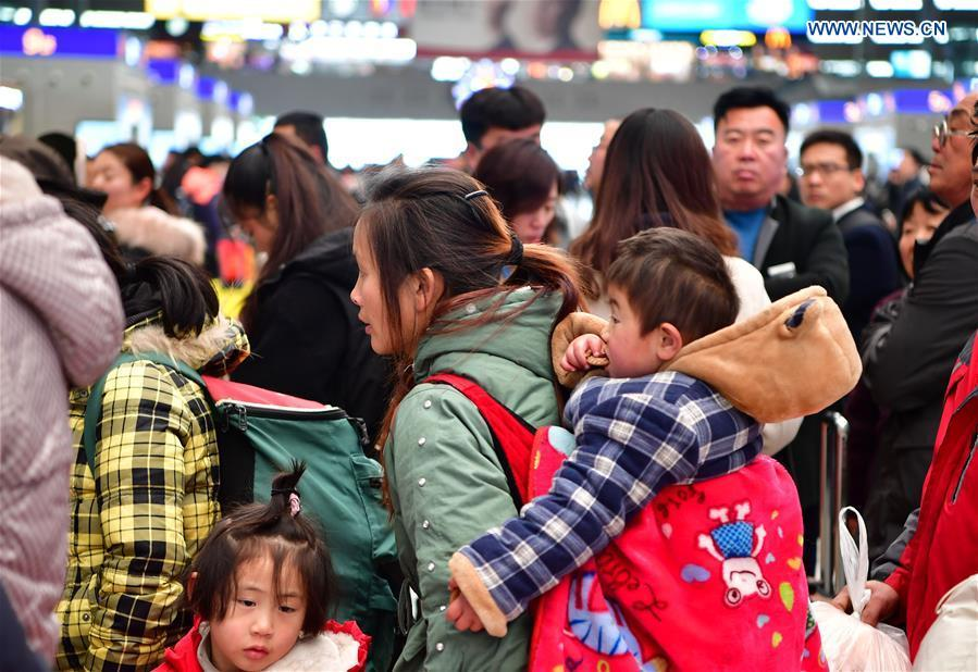 Passengers are seen at waiting room at Zhengzhoudong Railway Station in Zhengzhou, central China\'s Henan Province, Feb. 10, 2019. China witnessed a nationwide Spring Festival travel rush on Sunday when people started to return to work places from hometowns after family gatherings as the Spring Festival holiday came to an end. (Xinhua/Feng Dapeng)