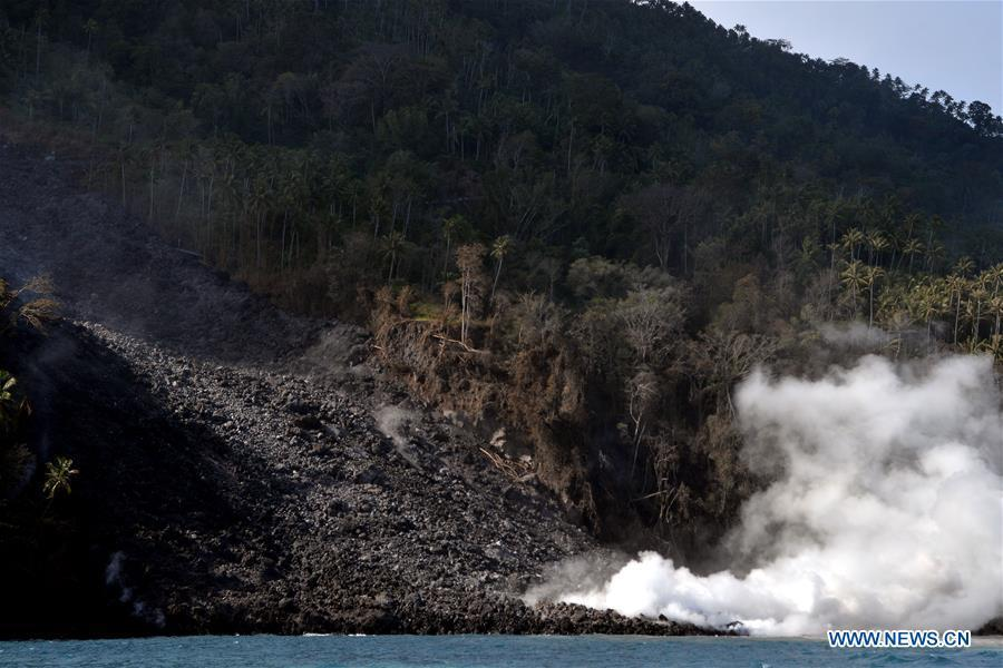 The lava lane of Mount Karangetang slides down in North Sulawesi, Indonesia, Feb. 10, 2019. Hot lava and volcanic materials that spewed from Mount Karangetang volcano in Indonesia\'s North Sulawesi province cut roads and buried bridges, while bad weather hampered evacuation operations, officials said on Saturday. Local authorities were trying to evacuate 508 villagers from the area. (Xinhua/Stringer)