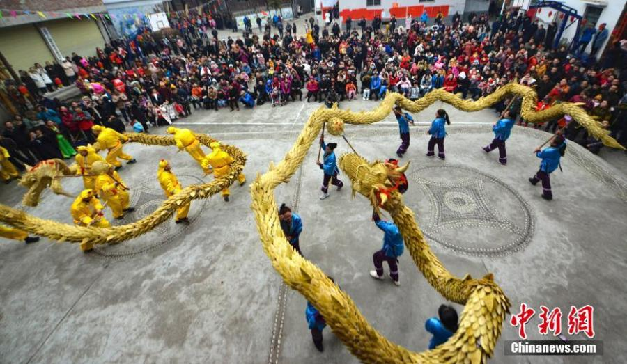 People of the Dong ethnic group celebrate the Spring Festival in a cultural show in Guangnan Village, Guilin City, South China\'s Guangxi Zhuang Autonomous Region, Feb. 10, 2019. Local people donned traditional costumes to organize dragon and lion dances, group banquets, singing performances and a cattle parade to entertain tourists. (Photo: China News Service/Pan Zhixiang)