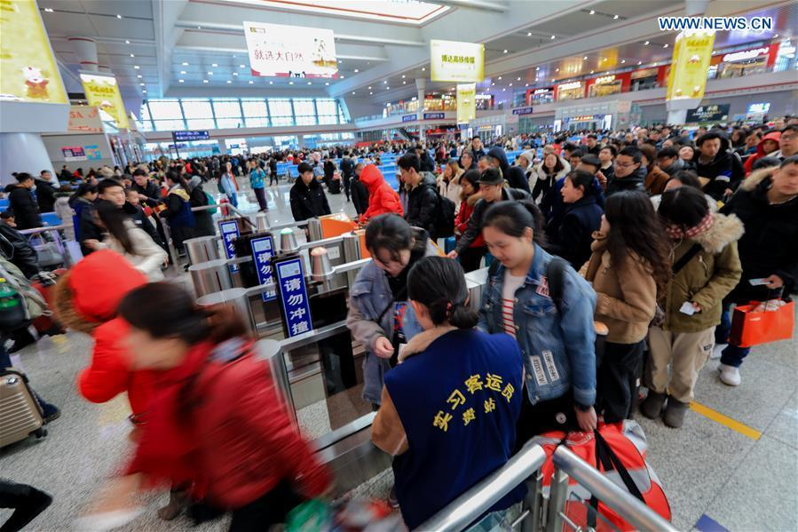 Passengers pass through the check-in to board the train at Guiyangbei Railway Station in Guiyang, southwest China\'s Guizhou Province, Feb. 10, 2019. China witnessed a nationwide Spring Festival travel rush on Sunday when people started to return to work places from hometowns after family gatherings as the Spring Festival holiday came to an end. (Xinhua/Li