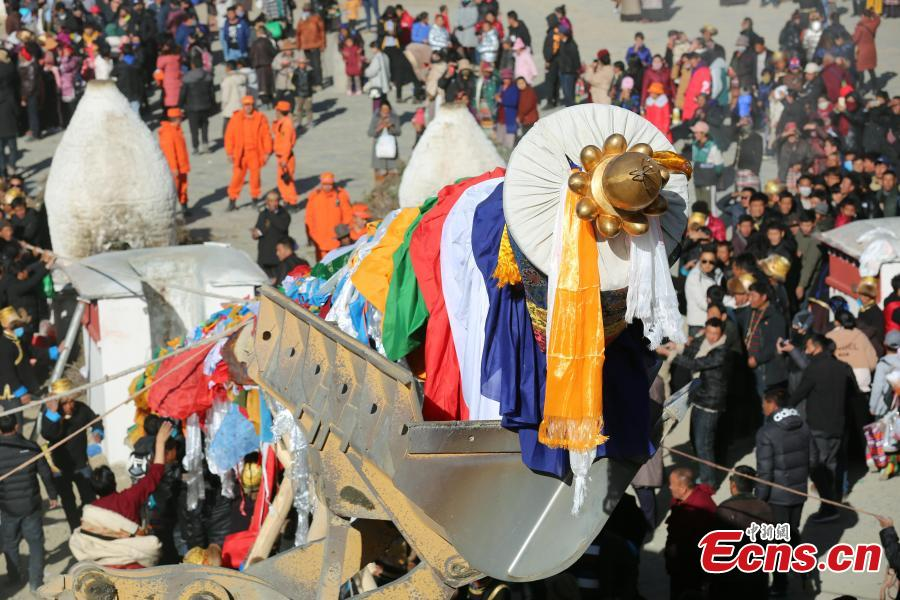 A grand, annual ceremony to change the Prayer Flags Pillar in Samye Monastery, the first Buddhist monastery in Tibet, in Dranang, Lhoka, Southwest China\'s Tibet Autonomous Region, Feb. 9, 2019. The ceremony is usually held on the fifth day of January in Tibetan calendar, as part of the celebrations of Losar, or Tibetan New Year. The prayer flags on the pillar are collected from Tibetans from various areas. (Photo: China News Service/Qu Jie)