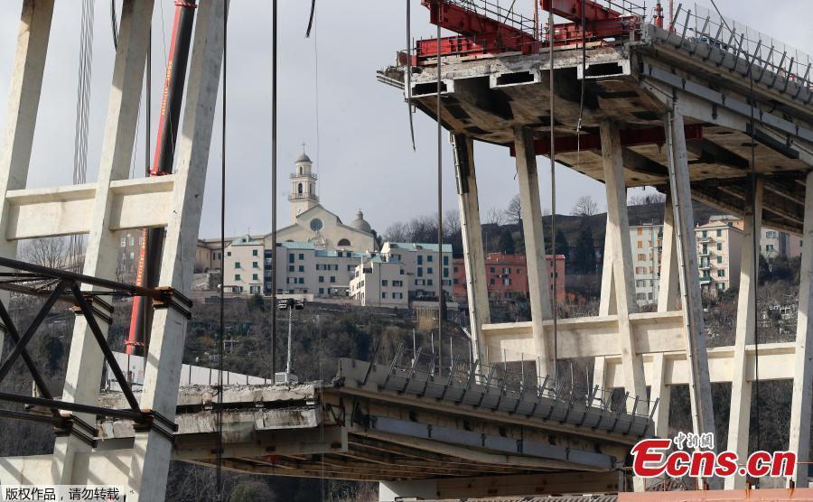 Construction workers dismantle the collapsed Morandi Bridge in Genoa, Italy, Feb. 7, 2019. A 200-metre-long section of the Morandi bridge, part of a motorway linking the Italian port city with southern France, gave way on Aug. 14 last year in busy lunchtime traffic, sending dozens of vehicles into free-fall and killing 43 people. (Photo/Agencies)