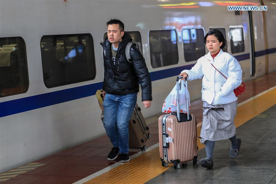 Passengers rush to board a train at Guiyangbei Railway Station in Guiyang, southwest China\'s Guizhou Province, Feb. 10, 2019. China witnessed a nationwide Spring Festival travel rush on Sunday when people started to return to work places from hometowns after family gatherings as the Spring Festival holiday came to an end. (Xinhua/Liu Xu)