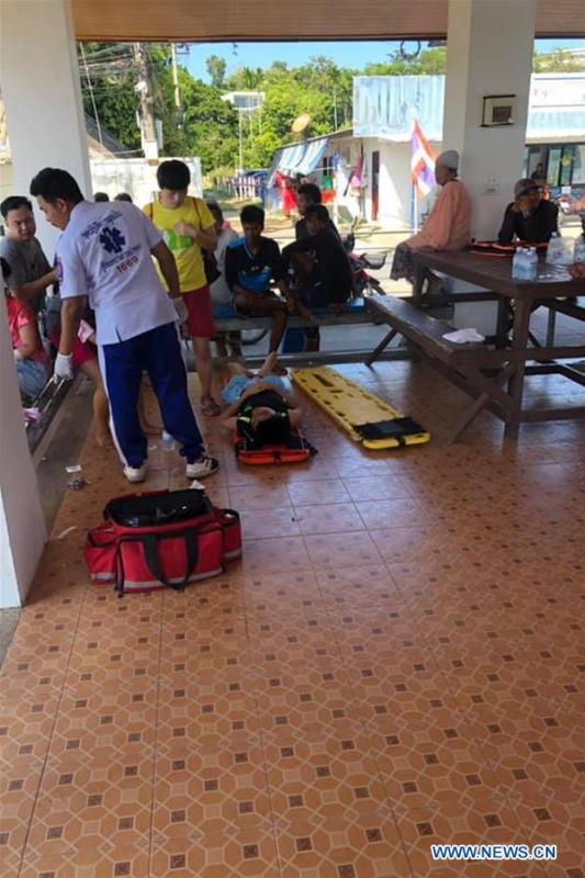 Rescuers help to treat tourists injured in the speedboat crash accident at the Phuket Island, Thailand, on Feb. 9, 2019. A total of 11 Chinese tourists and two crew members were injured after a tourist speedboat crashed with an oil barge near Thailand\'s southern Phuket Island on Saturday afternoon, the Chinese Consulate-General in the southern province of Songkhla confirmed on Sunday. (Xinhua)