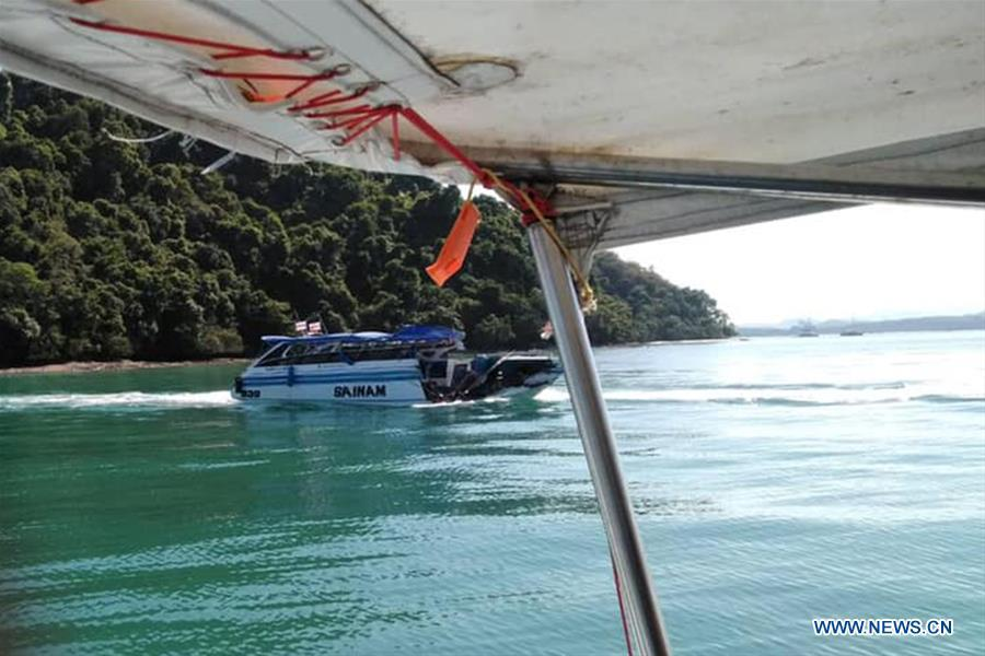 Photo taken on Feb. 9, 2019 shows the damaged speedboat at sea area near the Phuket Island, Thailand. A total of 11 Chinese tourists and two crew members were injured after a tourist speedboat crashed with an oil barge near Thailand\'s southern Phuket Island on Saturday afternoon, the Chinese Consulate-General in the southern province of Songkhla confirmed on Sunday. (Xinhua)
