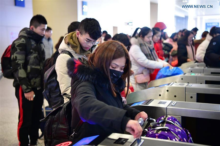 Passengers check in at Zhengzhoudong Railway Station in Zhengzhou, central China\'s Henan Province, Feb. 10, 2019. China witnessed a nationwide Spring Festival travel rush on Sunday when people started to return to work places from hometowns after family gatherings as the Spring Festival holiday came to an end. (Xinhua/Feng Dapeng)