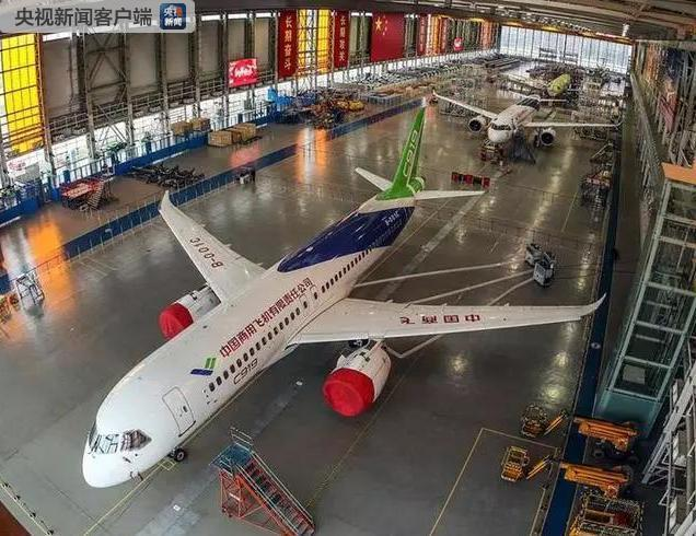 A view of China\'s homegrown C919 passenger jets at a base in Pudong, Shanghai on Feb. 8, 2019. It\'s the first time three of the jets have been housed under the same roof. With a range of 4,075 kilometers, the C919 jet is comparable to the updated Airbus 320 and Boeing\'s new generation 737. (Photo/CCTV)