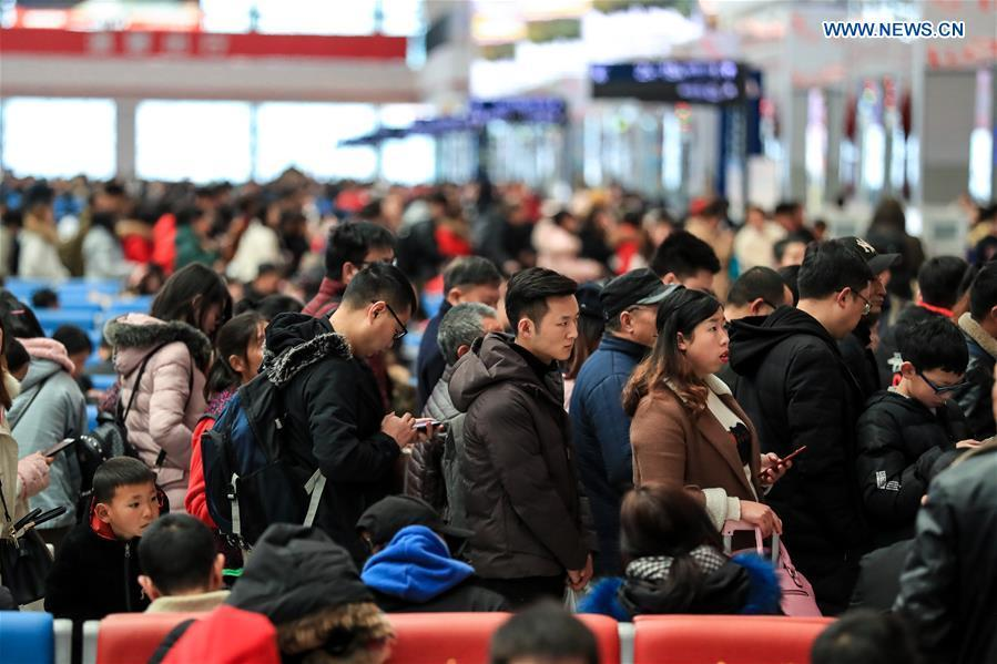 Passengers queue up to board the train at Guiyangbei Railway Station in Guiyang, southwest China\'s Guizhou Province, Feb. 10, 2019. China witnessed a nationwide Spring Festival travel rush on Sunday when people started to return to work places from hometowns after family gatherings as the Spring Festival holiday came to an end. (Xinhua/Liu Xu)