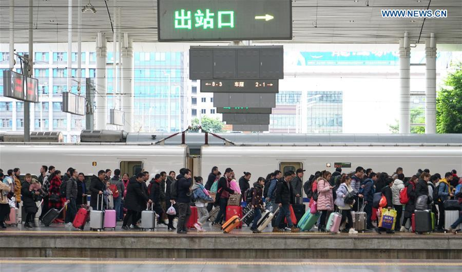 Passengers leave the platform after arriving at Fuzhou Railway Station in Fuzhou, southeast China\'s Fujian Province, Feb. 10, 2019. China witnessed a nationwide Spring Festival travel rush on Sunday when people started to return to work places from hometowns after family gatherings as the Spring Festival holiday came to an end. (Xinhua/Lin Shanchuan)