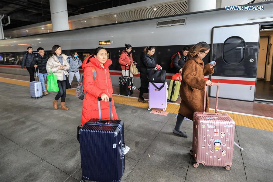 Passengers board a train at Guiyangbei Railway Station in Guiyang, southwest China\'s Guizhou Province, Feb. 10, 2019. China witnessed a nationwide Spring Festival travel rush on Sunday when people started to return to work places from hometowns after family gatherings as the Spring Festival holiday came to an end. (Xinhua/Liu Xu)